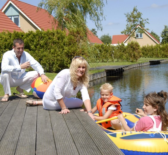 <strong>IJsselhof is spaciously designed, with widespread green areas and many waterways: for sunbathing, playing, boat excursions and angling!</strong>